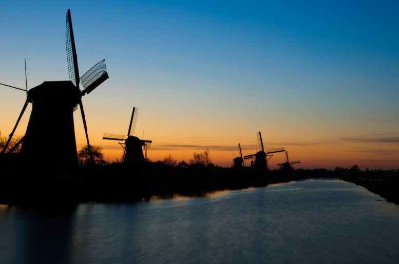 Taking sundown pictures of Kinderdijk with vulcanic ash in the air. No airplain was allowed to fly so no plane stripes!
