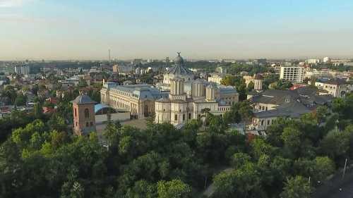 În ziua de doliu naţional, Patriarhia Română îi deplânge pe românii care au murit în cutremurul din Italia
