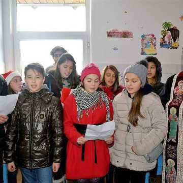 Curtea de Arges | Copiii din parohia  Sfintii Voievozi  au colindat Spitalul Municipal