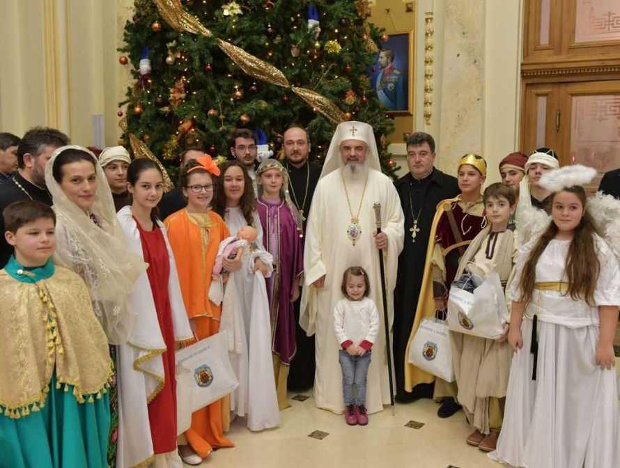 Patriarhul Daniel înconjurat de tineri