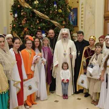 Patriarhul Daniel inconjurat de tineri