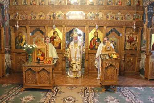IPS Irineu slujind la Mănăstirea Strâmba
