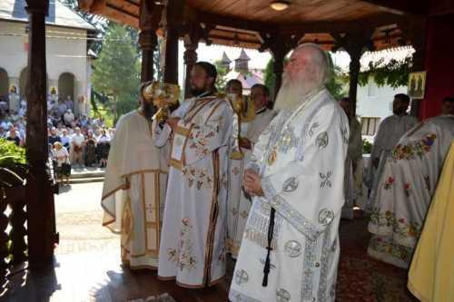 IPS Ioan a slujit la Hramul Mănăstirii Româneşti - Arhiepiscopia Timişoarei