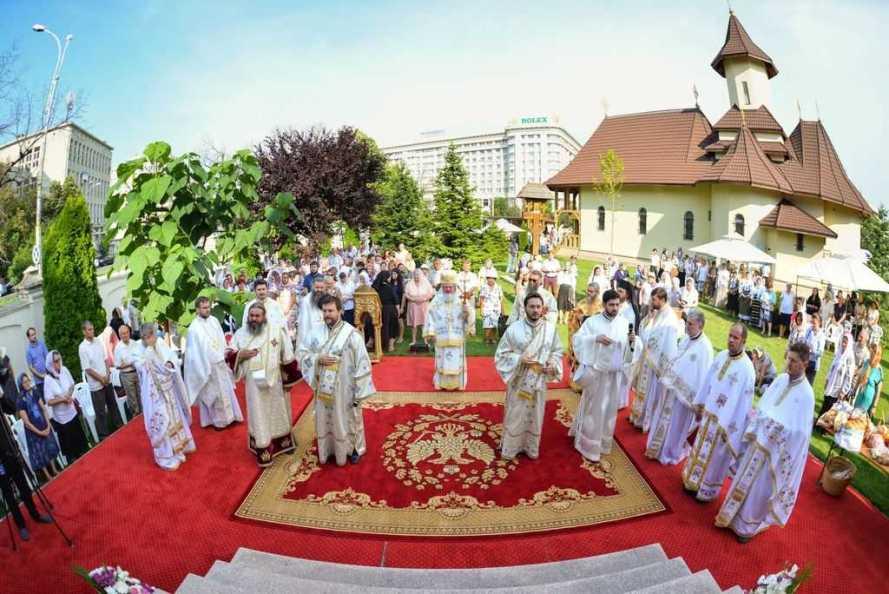PS Varlaam Ploieşteanul slujeşte Sfânta Liturghie la hramul Paraclisului Catedralei Mântuirii Neamului