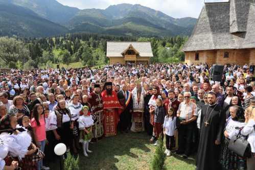 Hramul Manastirii Pietroasa. Peste 10.000 de credinciosi au participat la Sfanta Liturghie oficiata de PS Iustin