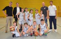 Die erste Mannschaft der Baskets-U10 freut sich mit ihren Coaches Amir Hujic, 2.v.r., und Semir Albinovic, r., über das Trikot-Sponsoring der Firma Hoffmeister Leuchten. Vorsitzender Frank Zacharias, l., dankte Hoffmeister-Geschäftsführer Jens Hanfland, 2.v.l., für die großzügige Spende.