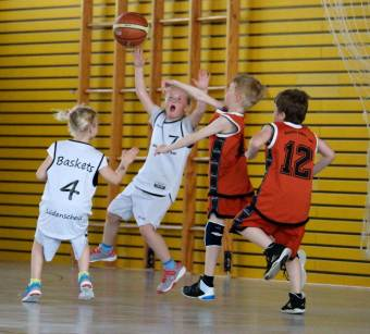 Hoch her ging es am Samstag in der Sporthalle am Stadtpark, als der Basketballnachwuchs um Körbe kämpfte. - Foto: Knepper