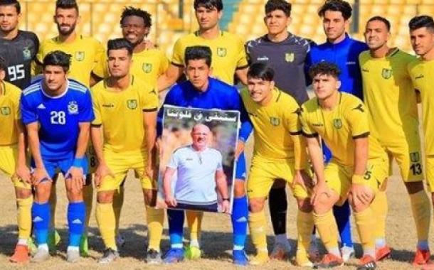لاعبين فريق الجوية يحملون صورة كريم سلمان قبل لقاء فريق الكرخ
