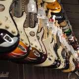 お店に並ぶ色々な種類のギター