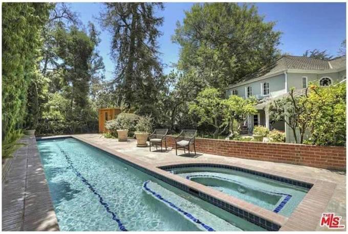 フリーの家のプールと庭園