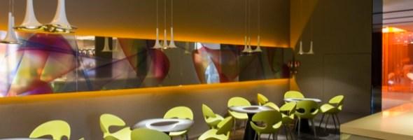 Il bar di un hotel di Milano rinasce grazie alla creatività di un designer internazionale come Karim Rashid e la tecnologia Latex di HP
