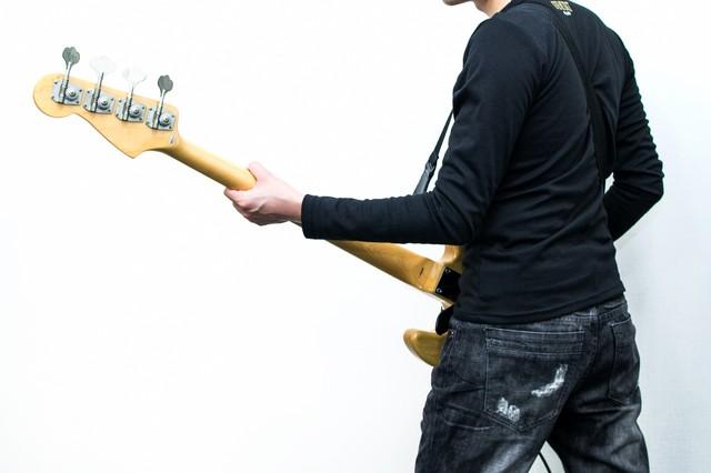 バンドの中で指弾きのベースの音...