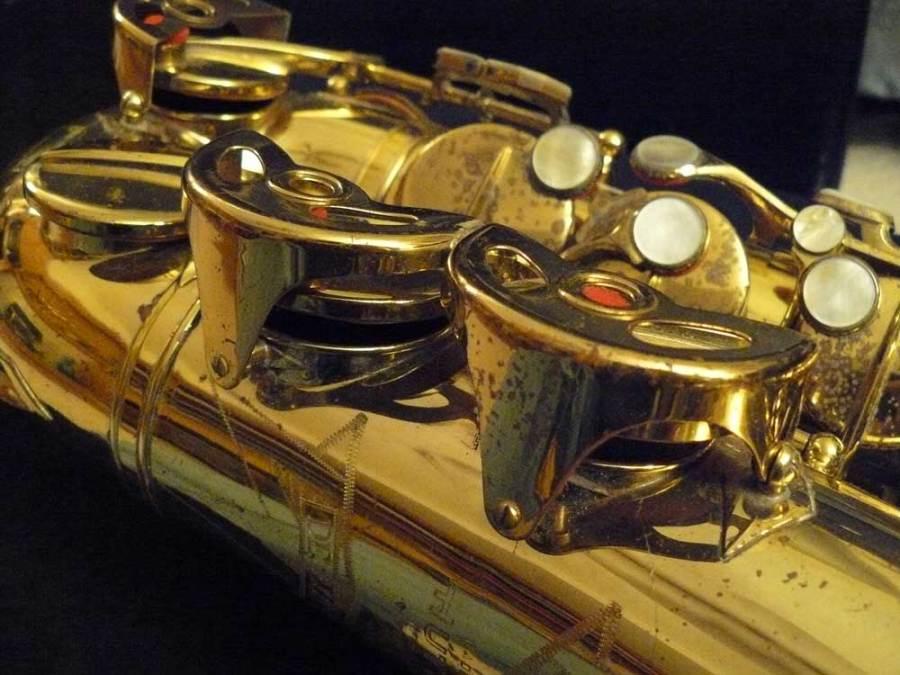 Hüttl alto, saxophone, sax keys, mother of pearl, rolled tone holes, black background, gold lacquer horn, Hammerschmidt