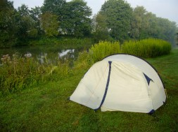 Zelten direkt am Kanal