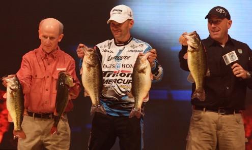 Randy Howell é  ajudado para mostrar toda a pescaria - Darren Jacobsen/Bassmaster