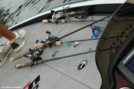 Na desarrumação de um dia de pesca nota-se a preferência dos pescadores americanos pelos carretos de tambor móvel