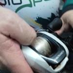 Uma das formas de resolver grande parte das cabeleiras é manivelar com a unha do polegar a pressionar a bobina