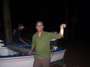 Nuno exibe euforicamente o seu primeiro achigã pescado com amostras de vinil