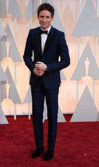 """Eddie Redmayne in Alexander McQueen. Eddie (miglior attore protagonista per """"La teoria del tutto"""") è stato uno dei pochi che ha saputo osare con il colore. Ben fatto!"""
