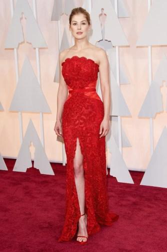 Rosamund Pike in Givenchy Couture. Ripensando ai look dei precedenti red carpet (come Golden Globe e BAFTA), dovrei immediatamente promuovere questo abito. Eppure qualcosa ancora non mi convince. Rosamund, sei talmente bella che voglio il meglio da te!