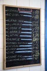Lista de precios de una chatarrería de Sestao.