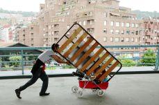 Reciclador en puente Euskalduna. Bilbao.