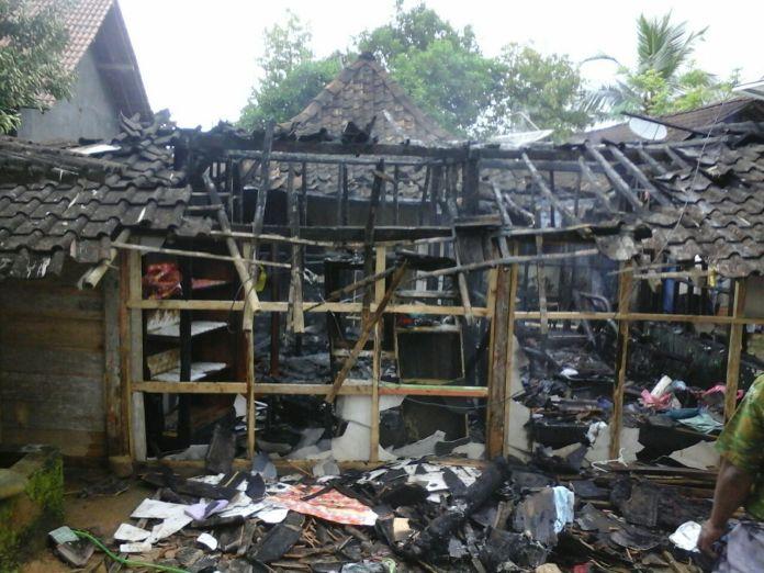 Rumah Terbakar / Foto By Desy Setya