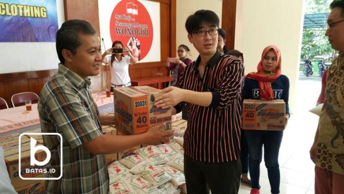 ©batas.id/reymond supriyanto/camat kismantoro (kiri) menerima paket bantuan dari mr. son, presdir pt nesia pan pasific clothing wonogiri