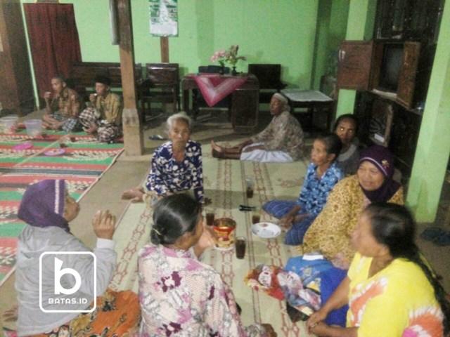 Para ibu warga RT. 04 tak ketinggalan juga ikut menyambut tahun baru/foto: dok. triyanto ©batas.id