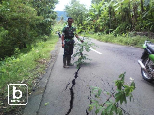 ©batas.id/jalan yang amblas diselatan kecamatan kismantoro/anggota koramil kismantoro mengarahkan pengguna jalan