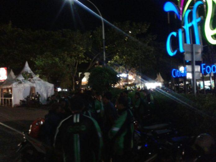 Pengemudi grabbike berkumpul didepan ciffest bunderan satu perumahan citra raya pada selasa malam (20/12/2016)
