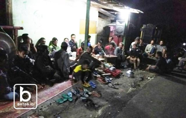Masyarakat sangat antusias menonton kesenian trethek kebanggaan mereka tampil menghibur/foto: dok. tarno ©batas.id