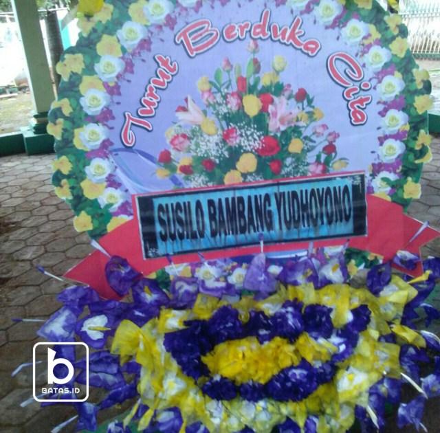 Karangan bunga dari mantan presiden sby yang dikirim atas wafatnya mbah umar tumbu/foto : edy s ©batas.id