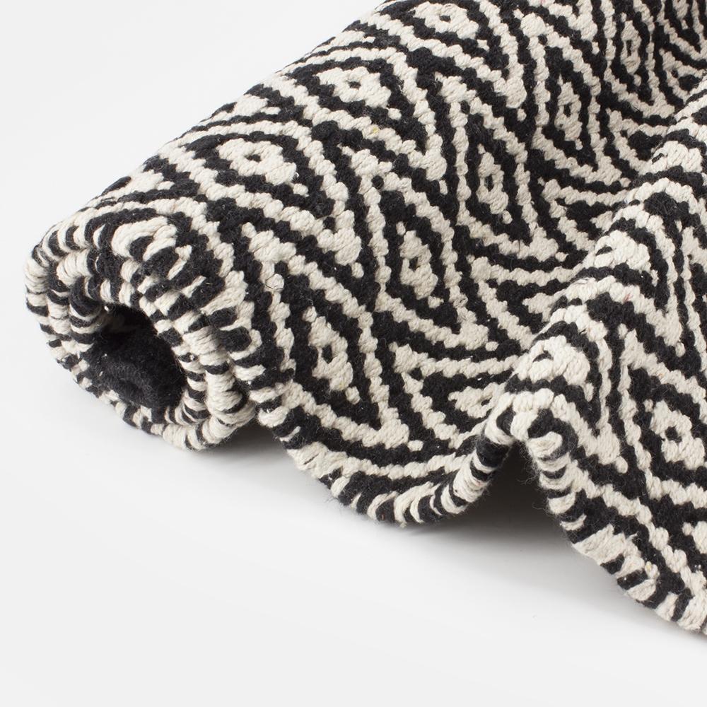 tapis de bain noir et blanc losange bath bazaar