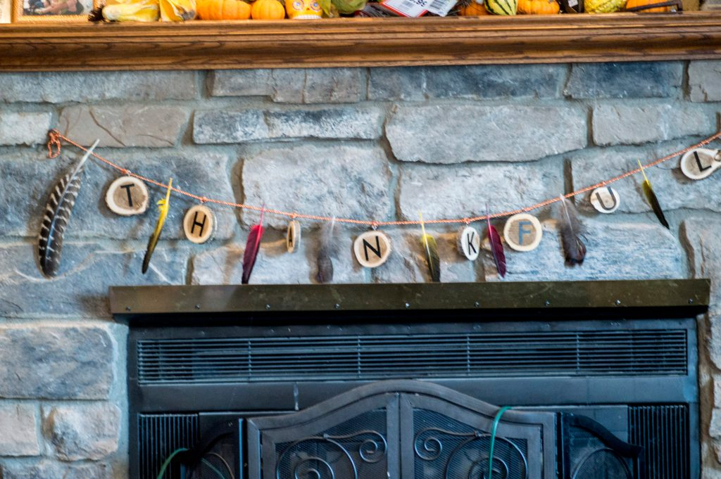 Easily decorate for Thanksgiving with this DIY Thanksgiving garland. This fall decorating idea is sure to please! #thanksgivinggarland #falldecor