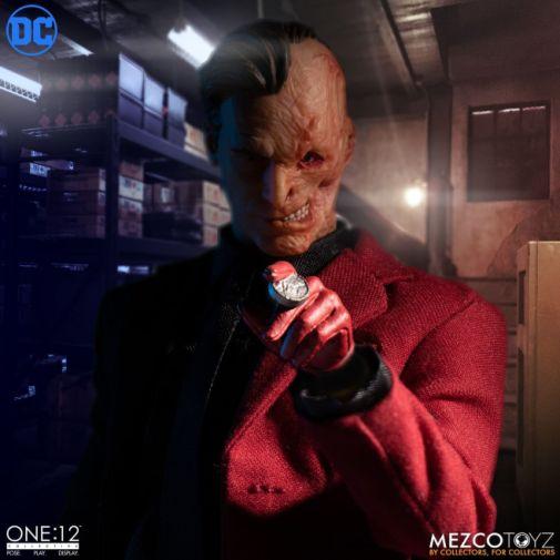 Mezco Toyz - Batman - Two-Face - 01
