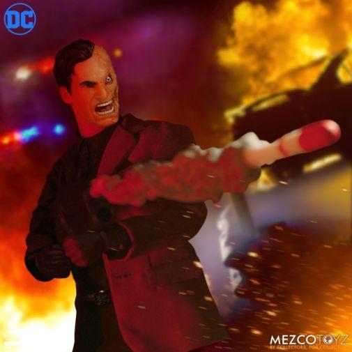 Mezco Toyz - Batman - Two-Face - 05
