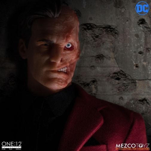 Mezco Toyz - Batman - Two-Face - 06