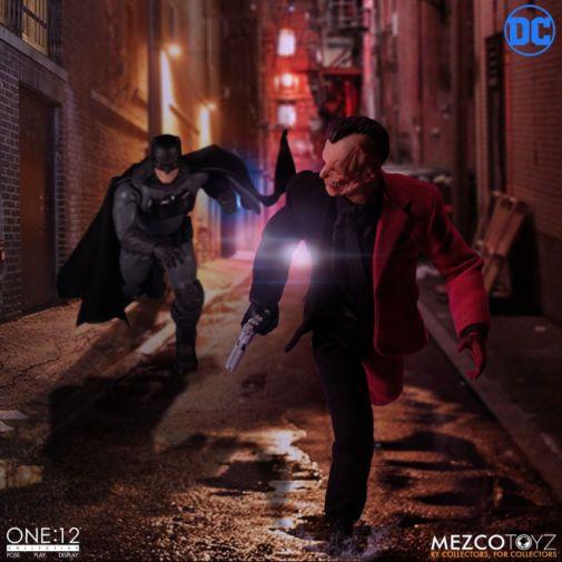Mezco Toyz - Batman - Two-Face - 08