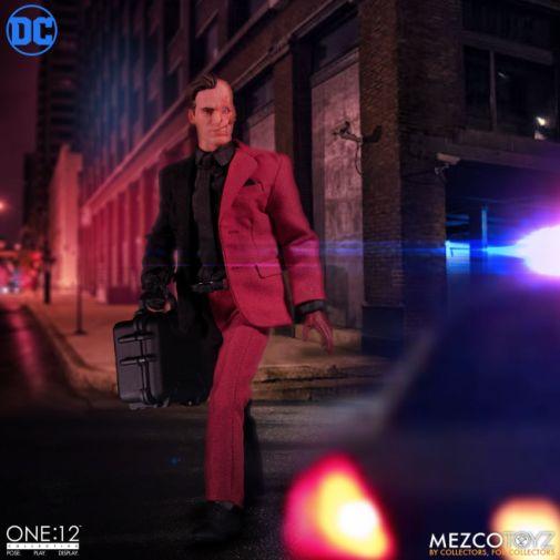 Mezco Toyz - Batman - Two-Face - 10