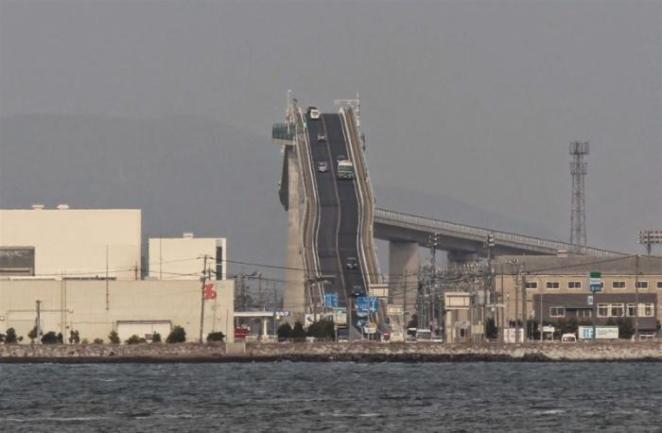Это не американские горки, а сумасшедший мост в Японии (5 фото)
