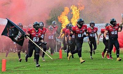 """Die """"Gladiatoren"""" kommen: Das Trosselstadion verwandelte sich beim Einmarsch der Spiegelau Bats in ein Meer aus Feuer und Rauch."""