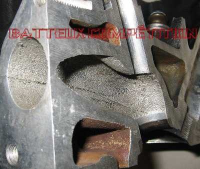 Vue de l'intérieur d'un conduit d'échappement de de sa forte rugosité