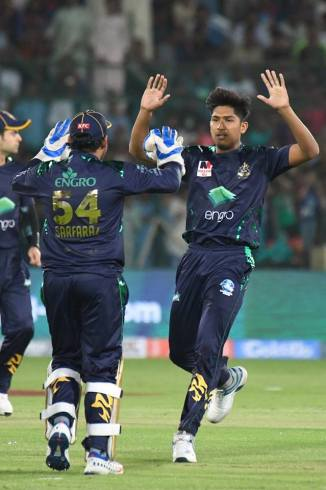Waqar Younis advises Mohammad Hasnain to make his bowling action smoother Pakistan Super League PSL Islamabad United Quetta Gladiators Pakistan cricket