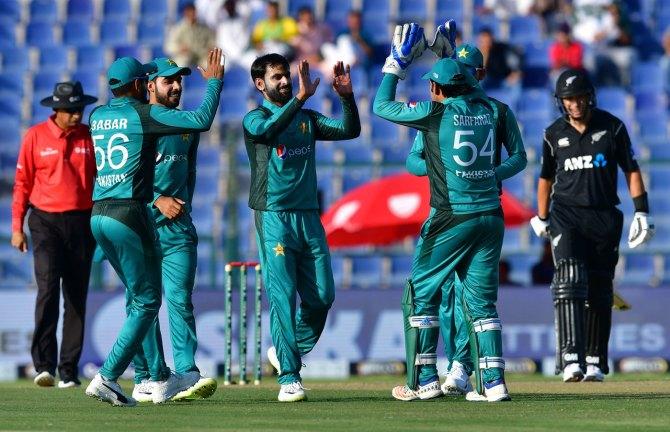 Iqbal Qasim believes Mohammad Hafeez and Shoaib Malik could trouble Australia's batsmen in Pakistan's World Cup clash with Australia cricket