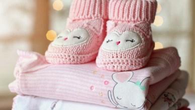 emoldurar a primeira roupinha e sapatinho do bebê