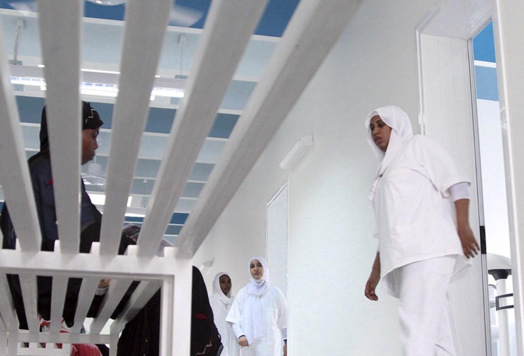 Les patients attendent à tour de role .JPG BaudouinMouanda_05_Un médécin acceuil un patient qui attend connaitre sa salle, elle dois être retenu pour quelques jours.jpg BaudouinMouanda_08_infirmière remente l'enfant garce a une perfusion arrivé au bout_BaudouinMouanda_3.JPG