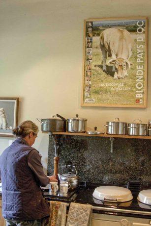 cette-fermiere-a-plus-de-200-vaches-chaque-semaines-elle-assiste-a-des-naissances
