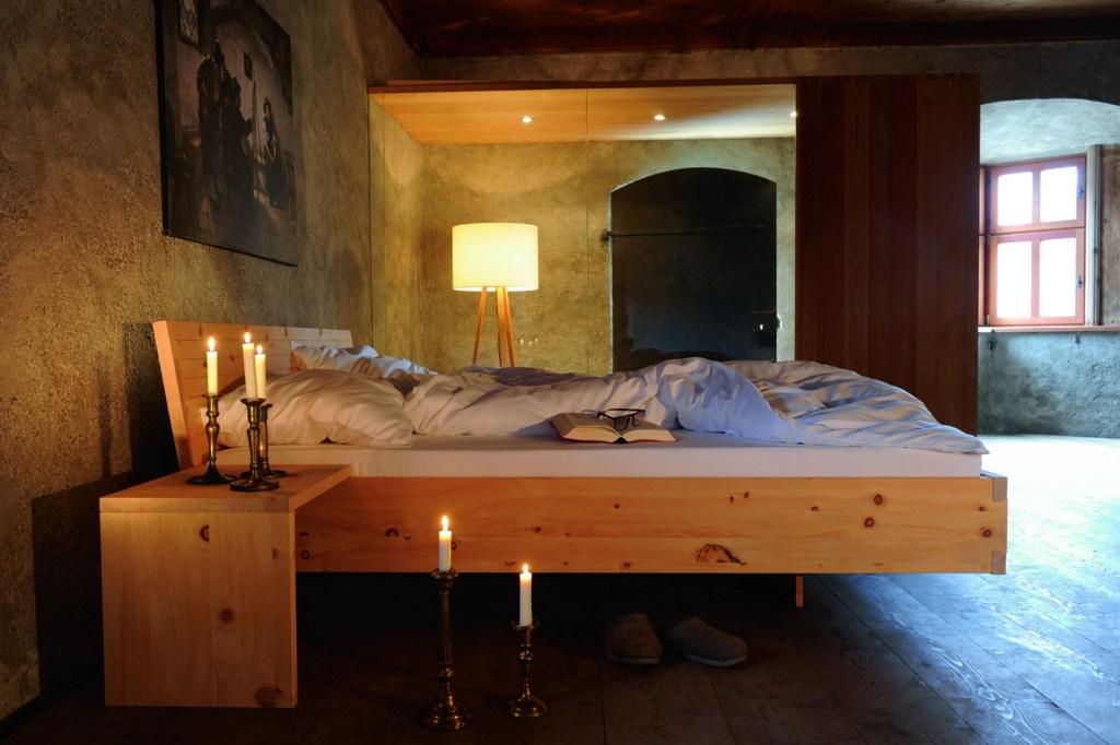 Besser schlafen und erholter aufwachen: Zirbenholz ist gerade im Schlafraum wegen seiner beruhigenden Eigenschaften sehr beliebt.