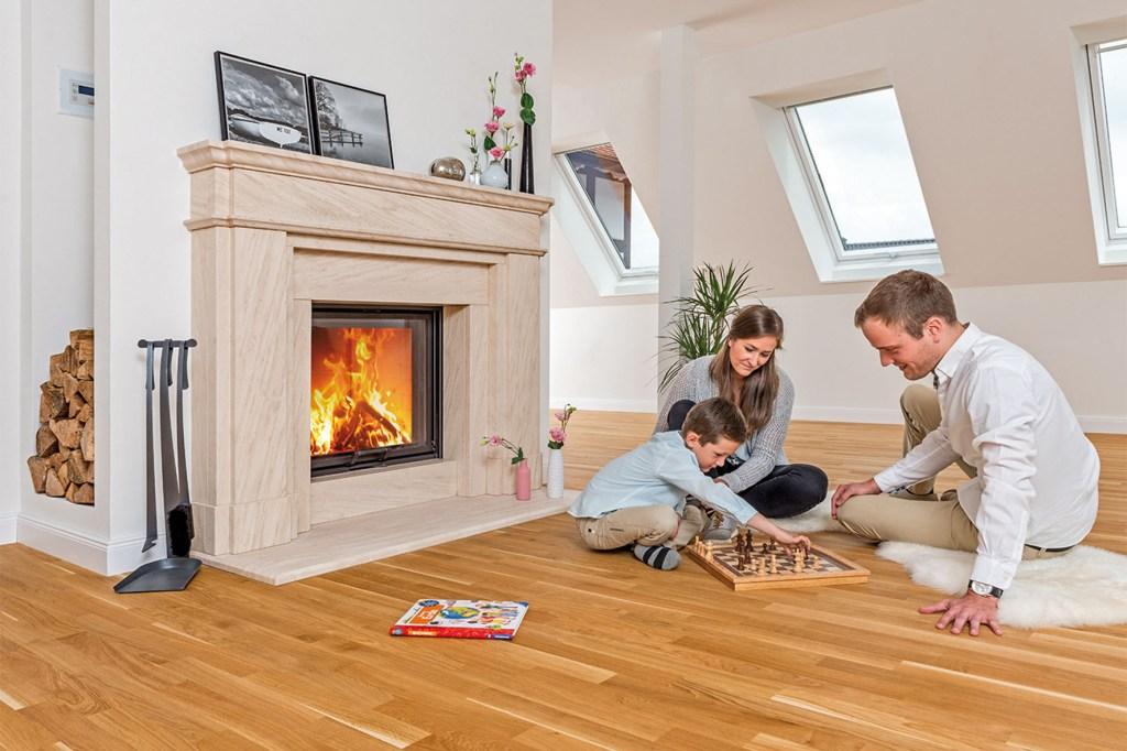 Zu den schönsten Glückserlebnissen für Kinder und Erwachsene kann es gehören, sich gemeinsam um ein echtes Feuer in Kachelöfen und Co zu versammeln und dessen Wärme zu spüren.